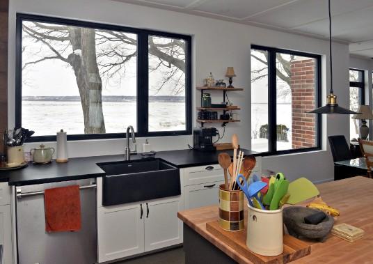Des fenêtres de la cuisine, le fleuve, dans toute sa beauté, jour après jour, saison après saison. (Le Soleil, Patrice Laroche)