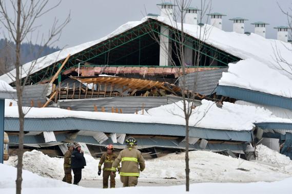 Un bâtiment d'une ferme laitière à Saint-Tite s'est effondré mercredi après-midi. Un travailleur et plusieurs bêtes se trouvent coincés sous les débris. (Stéphane Lessard, Le Nouvelliste)