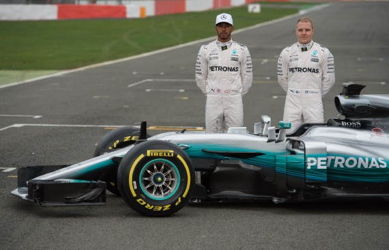 L'Anglais Lewis Hamilton et le Finlandais Valtteri Bottas posent derrière la nouvelle voiture de course Mercedes. L'écurie allemande a présenté laW08 EQ Power+ qui participera à la saison 2017 du championnat des constructeurs du Circuit de Formule 1.<br /><br /> (AFP)
