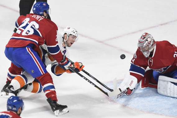 Jeff Petry et Carey Price tentent de bloquer le tir de Josh Bailey. (photo Bernard Brault, La Presse)