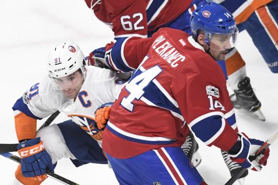 Face-à-face musclé à la mise au jeu entre Tomas Plekanec et John Tavares en première période. (photo Bernard Brault, La Presse)