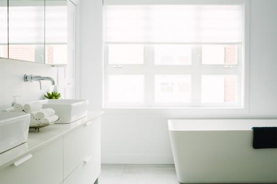 La salle de bains, tout aussi lumineuse que le reste de la demeure, est digne de celle d'un hôtel. C'est une petite oasis de paix. (Photo Marie-Christine Gobeil, collaboration spéciale)
