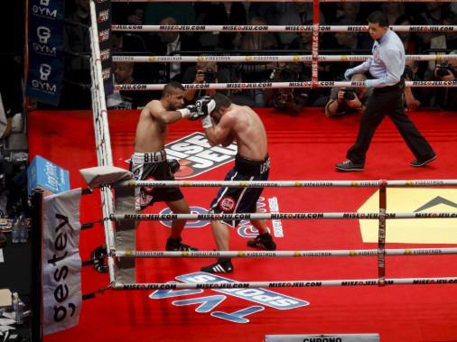 Troisième combat (160 lb - 10 rounds): Francis Lafrenière (à droite) et Uriel Gonzalez ne se sont pas ménagés dans le ring. Le premier l'a emporté pas décision partagée. (Le Soleil, Caroline Grégoire)