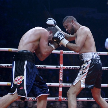 Troisième combat (160 lb - 10 rounds): Francis Lafrenière (à gauche) et Uriel Gonzalez ne se sont pas ménagés dans le ring. Le premier l'a emporté pas décision partagée. (Le Soleil, Jean-Marie Villeneuve)