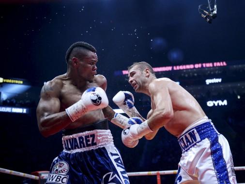 Sixième combat (175 lb - 12 rounds):Lucian Bute (à droite) a été mis hors de combat au cinquième round par la tempête Eleider «Storm» Alvarez, qui l'a soufflé au tapis avec deux solides droites au visage. (Le Soleil, Jean-Marie Villeneuve)