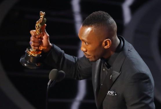 Mahershala Ali est devenu le premier musulman à remporter un Oscar. Il a cueilli la statuette pour son interprétation dans <em>Moonlight</em>. (REUTERS)