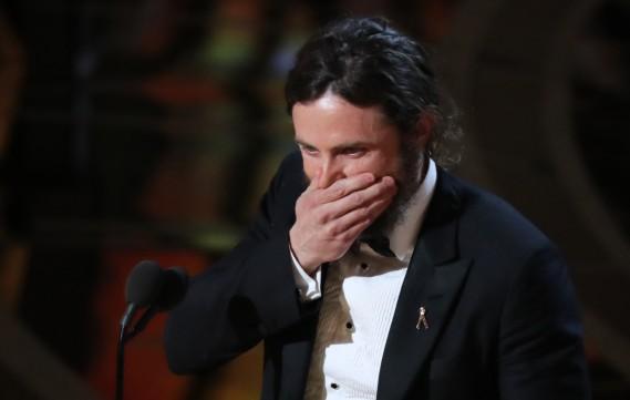 L'interprète principal de<em>Manchester by the Sea</em>, Casey Affleck, a eu un moment d'émotion en acceptant son Oscar. (REUTERS)