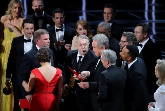 Warren Beatty tient l'enveloppe désignant <em>Moonlight</em> meilleur film, quelques instants après avoir annoncé par erreur <em>La La Land</em> comme vainqueur de l'honneur suprême. (REUTERS)