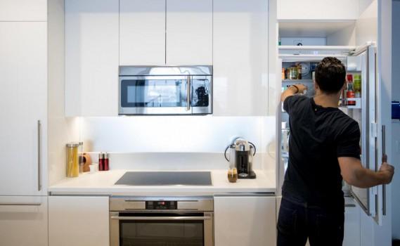 Hakim Chajar, chez lui, dans sa cuisine. Son frigo, conçu pour les petits espaces, lui suffit fort bien. (Photo Marco Campanozzi, La Presse)