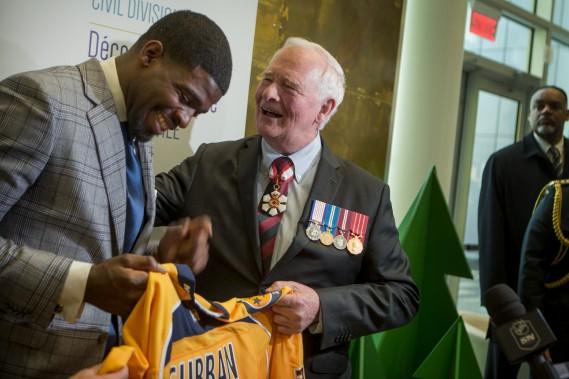 P.K. Subban a remis un chandail des Predators de Nashville au gouverneur général. (Photo Marco Campanozzi, La Presse)