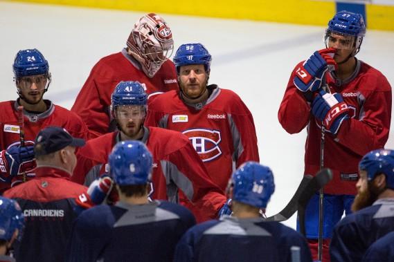 Les joueurs du Canadien écoutent les directives de Claude Julien. (Photo Simon Giroux, La Presse)