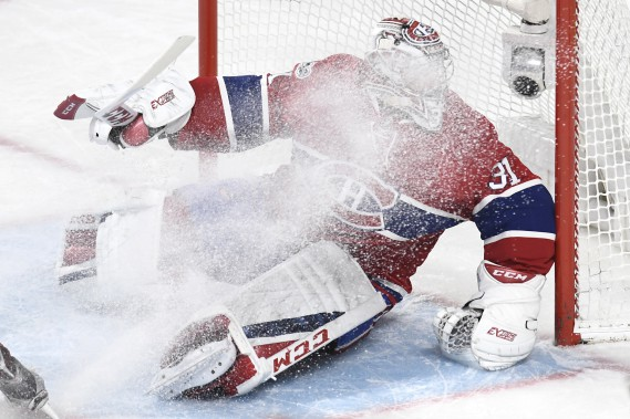 Carey Price reçoit un nuage de neige devant son filet. (PHOTO BERNARD BRAULT, LA PRESSE)