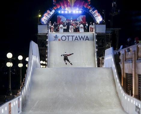 Les athlètes ont inauguré la piste du Red Bull Crashed Ice d'Ottawa jeudi. (Simon Séguin-Bertrand, Le Droit)
