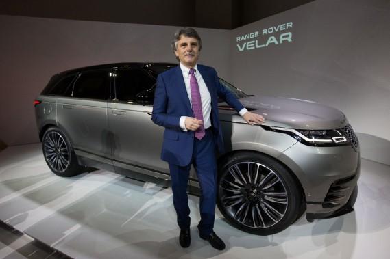 Le patron de Jaguar Land Rover, Ralph Speth, pose devant le Range Rover Velar durant sa présentation à Londres le 1er mars. (AFP)