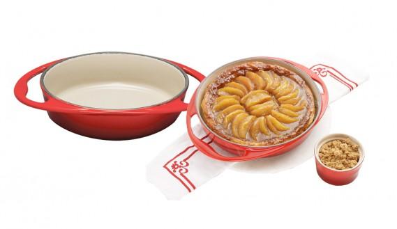 La tarte tatin fait partie des traditions culinaires françaises. Sur la photo : plat à tarte tatin, 25 cm, couleur cerise, de la compagnie Le Creuset. Vous trouverez à l'adresse suivante une délicieuse recette de tarte tatin: (Mélissa Bradette)