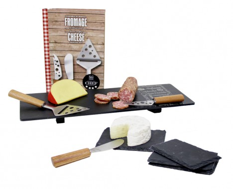 Les fromages et les charcuteries font partie des incontournables de la culture culinaire française. Les fromages sont servis à la fin de repas principal et sont suivis du dessert. Ensemble de quatre planches en ardoise pour le fromage, de Boska, plateau en ardoise Savoir-Faire pour les charcuteries et ensemble de couteaux à fromages, série du Chef de Sebastien & Groome S&G. (Mélissa Bradette)