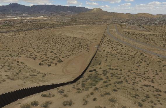 Une vue aérienne de la clôture de métal qui sépare les États-Unis et le Mexique, à Puerto Anapra, dans l'État de Chihuahua. (AFP, Yuri Cortez)