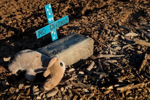 Une peluche près d'une brique sur laquelle est inscrit «John Doe», dans une partie du cimetière Terrace Park, à Holtville, en Californie, où sont enterrés les restes de centaines de migrants non identifiés. «John Doe» est une expression pour désigner une personne inconnue. (AFP, Jim Watson)