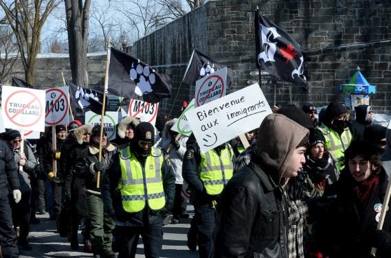 Une ligne de policiers séparait les deux clans de manifestants. (Le Soleil, Erick Labbé)