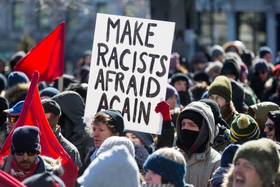 Plus de 200 manifestants de différentes factions se sont réunis samedi à Montréal pour contester - ou appuyer - la motion 103 du gouvernement libéral. (La Presse, Simon Giroux)