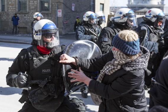 L'ambiance était tendue dans le Vieux-Montréal samedi midi. (La Presse, Simon Giroux)