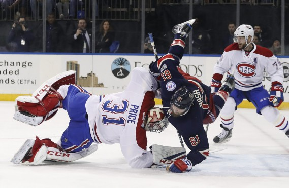Rick Nash entre en collision avec Carey Price en deuxième période. Le gardien du Canadien n'a pas été blessé sur le jeu. (PHOTO Julie Jacobson, AP)