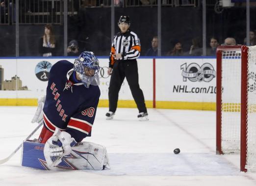 Henrik Lundqvist repousse un tir lors de la première période du match. (Photo Julie Jacobson,  AP)