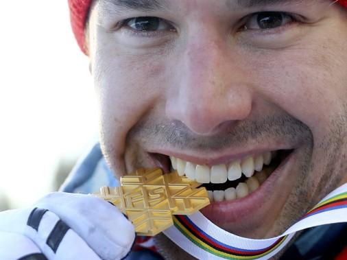 Alex Harvey «goûte» à sa deuxième médaille d'or aux Mondiaux après celle remportée en 2011 avec Devon Kershaw au sprint par équipes. (Photo Kai Pfaffenbach, REUTERS)