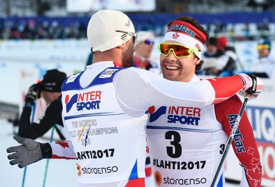 Alex Harvey a reçu les félicitations du Norvégien Petter Northug. (PHOTO Jonathan NACKSTRAND, AGENCE FRANCE-PRESSE)