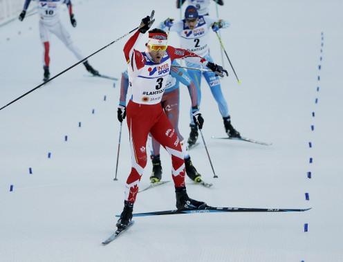 Alex Harvey célèbre sa victoire en franchissant le ligne d'arrivée. (AP, Matthias Schrader)
