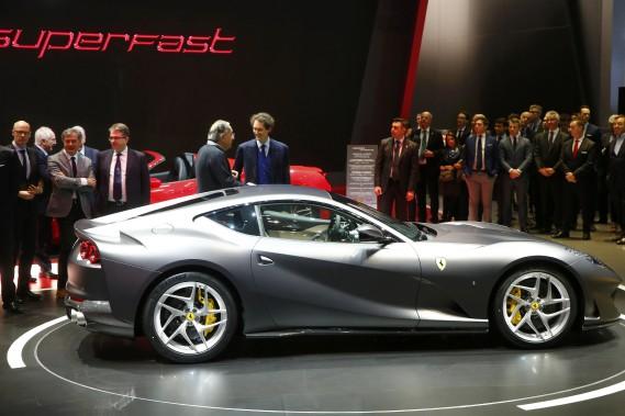 Le grand patron de Fiat Chrysler Sergio Marchionne discute avec le président du conseil John Elkann durant la présentation de la Ferrari 812 Superfast au 87e Salon de l'auto de Genève. (REUTERS)