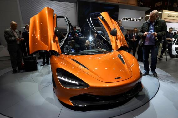 Elle pèse moins qu'une Toyota Matrix et est plus puissante qu'une Corvette Z06.Des journalistes observent laMcLaren 720S exposée au Salon de l'auto de Genève durant la première journée de l'avant-première média. (AFP)