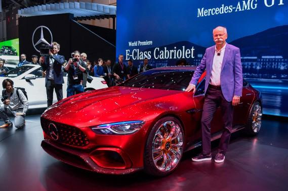 Le grand patron du Groupe Daimler et de la marque Mercedes-Benz, Dieter Zetsche, pose devant un prototype Mercedes-AMG GT. (AFP)