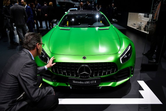 Un homme pose la main sur une Mercedes AMG GT R. (AFP)
