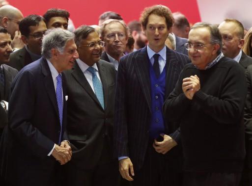De gauche à droite : Le président du conseil du Groupe Tata, Ratan Tata; le tout nouveau président du conseil de Tata Sons, Natarajan Chandrasekaran; le président du conseil de Fiat Chrysler, John Elkann, et le PDG de Fiat Chrysler, Sergio Marchionne, discutent lors de la présentation de la Ferrari 812 Superfast, au Salon de l'auto de Genève. (REUTERS)