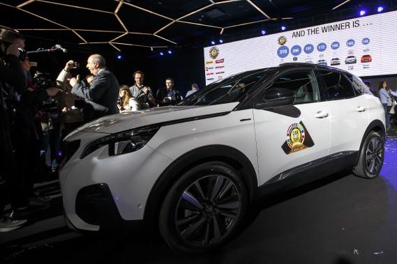 Le multisegment Peugeot 3008 a été élue Voiture de l'année en Europe. Jean-Philippe Imparato, le PDG de la marque Peugeot. est allé cueillir le trophée. (AP)