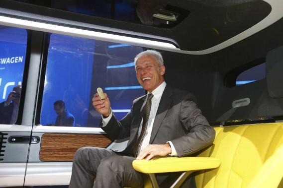 Le patron du Groupe Volkswagen, Matthias Mueller, lors d'une séance de photographie à bord du prototype de véhicule électrique autonome Sedric, au Salon de l'auto de Genève. (REUTERS)