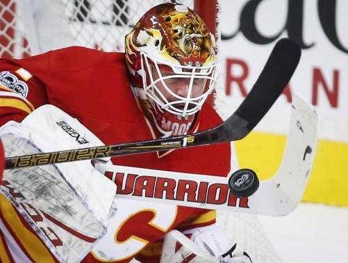 Le gardien des Flames Brian Elliott bloque la rondelle en levant son bâton. (Photo Jeff McIntosh, La Presse canadienne)