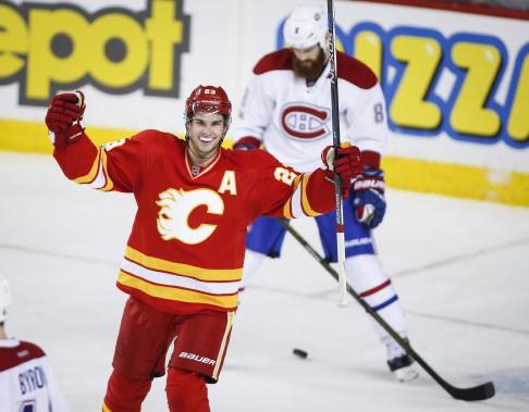 Sean Monahan festoie après s'être inscrit au pointage en deuxième période. (Photo Jeff McIntosh, La Presse canadienne)