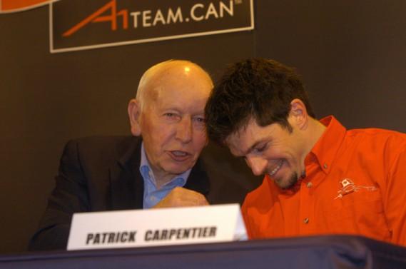 John Surtees, ancien champion sur 2 et 4 roues, était consultant pour A1 Team lors de sa rencontre avec le pilote québécois Patrick Carpentier le 19 janvier 2006. (Armand Trottier, Archives La Presse)