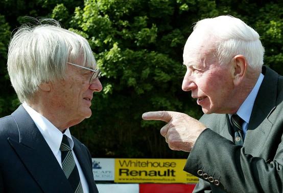 John Surtees en discussion avec Bernie Ecclestone --alors patron de la F1-- lors d'une fonction sociale à Chatham, en Angleteerre le 3 septembre 2003. (Reuters)
