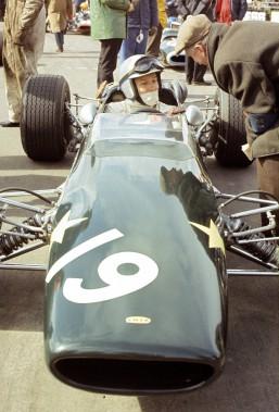 Après avoir claqué la porte chez Ferrari durant la saison 1966, John Surtees a couru pour Honda Racing durant deux saison en 1967 et 1968. On le voit ici le 27 mars 1967 au circuit de Northampton, en Angleterre. (AP)
