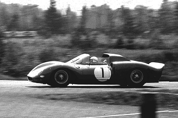 John Surtees au volant d'une Ferrari 330P2 au Nurburgring en 1965. (Lothar Spurzem, Wikipédia)