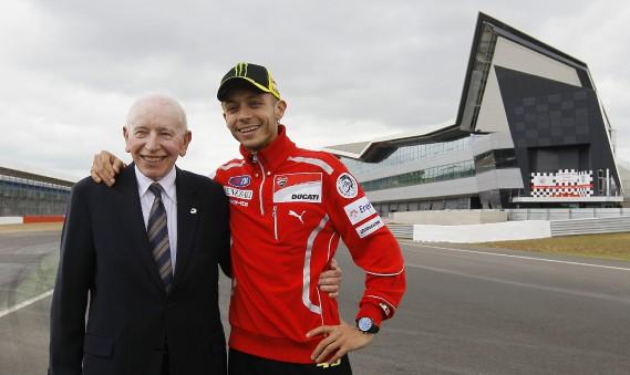 John Surtees et l'ancien champion de Moto GP Valentino Rossi posent pour les caméras au circuit de Silverstone, en Angleterre, le 17 mai 2011.<br /><br /> (AP)