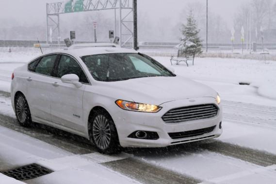 Ford songe à supprimer le volant et les pédales de ses véhicules autonomes qui feront leur entrée en 2021. Ci-haut, la Ford Fusion autonome lors d'essais routiers dans des conditions hivernales.<br /><br /><br /> (Photo : Ford)