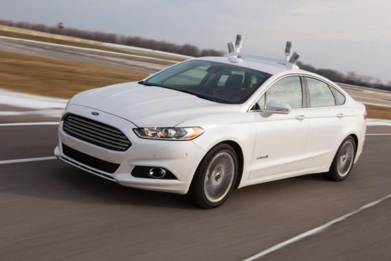Le prototype de voiture autonome utilisé ces dernières années par Ford (ci-haut) avait quatre gros lidars rotatifs sur le toit. Ils sont maintenant remplacés par deux lidars plus discrets aux dessus des miroirs, de chaque côté, tandis que deux autres senseurs ont été cachés dans le support de toit. (Photo : Ford)
