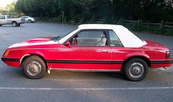 <strong>Sa pire voiture</strong>Dans une Mustang décapotable 1980, sur le pont Mercier, en pleine tempête de neige, le capot mal fermé s'était littéralement ouvert en pleine route : «J'avais la tête sortie par la fenêtre pour pouvoir continuer ma route, car je ne pouvais pas m'arrêter au milieu du pont Mercier!» ()