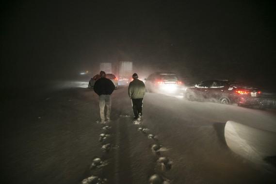 Des personnes ont quitté leur véhiculeˆ sur l'autoroute 20 ouest, à la hauteur de ‡ la hauteur deSainte-Hélène-de-Bagot. (MARTIN TREMBLAY, LA PRESSE)