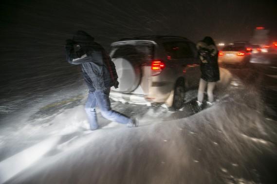 Un carambolage sur l'autoroute 20 direction ouest a causé la fermeture de l'autoroute dans les deux directions, mardi soir. (MARTIN TREMBLAY, LA PRESSE)