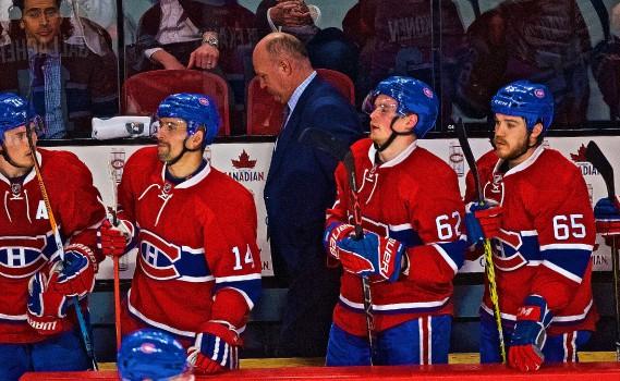 Claude Julien quitte le banc alors que ses joueurs cachent mal leur déception à la fin de la rencontre. (Photo André Pichette, La Presse)